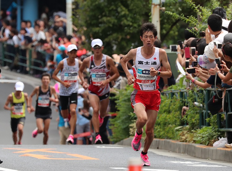MGC)男子、39キロ付近の坂で先頭を走る中村匠吾(右端)。続く服部勇馬(右から2人目)、大迫傑(同3人目)=嶋田達也撮影
