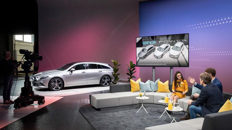 写真のメルセデス・ベンツのように、オンラインの発表会が行われた(Daimler)