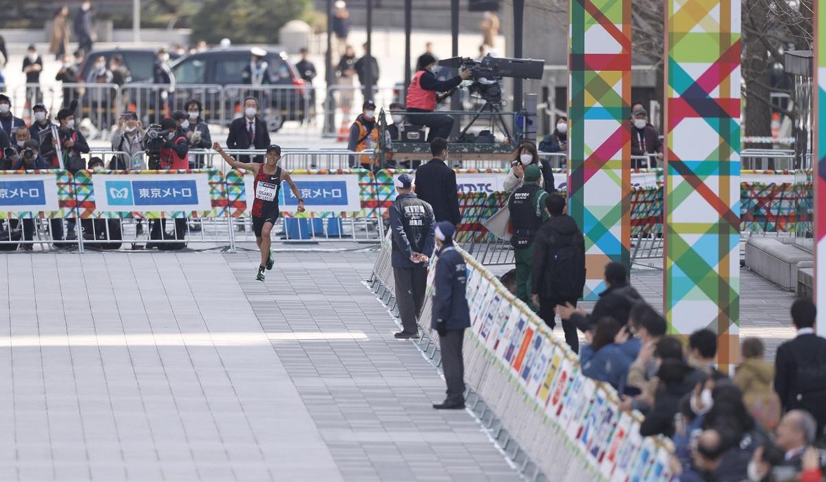 ガッツポーズでフィニッシュエリアに姿を見せた日本勢トップ4位の大迫傑=代表撮影