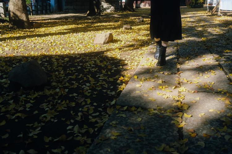 木漏れ日の中で撮る人物スナップのコツ モデル2人と谷中銀座・日暮里周辺を歩く
