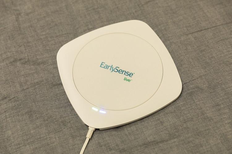 イスラエルのIoTヘルスケア機器ベンチャー「EarlySense(アーリーセンス)」と事業提携して作ったセンシングデバイス。心拍や呼吸、身体の動きを高精度でセンシング可能