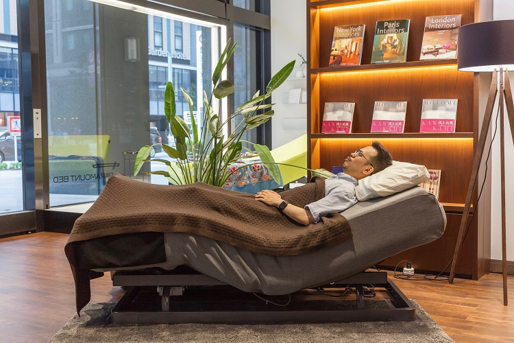 「入眠姿勢」ポジションのアクティブスリープ。ベッドが人間の体に合わせた曲線になり、やや上半身が立ち上がってくる