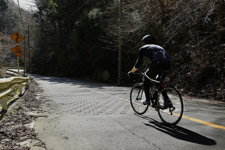"""暗い林道に""""激坂印""""とも呼ばれる丸い滑り止めが出現。勾配「12%」の標識があるが……"""