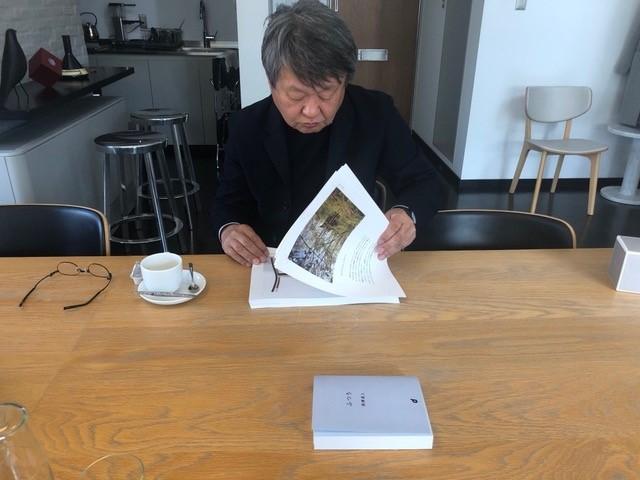 構成をチェックする深澤さん。NAOTO FUKASAWA事務所にて