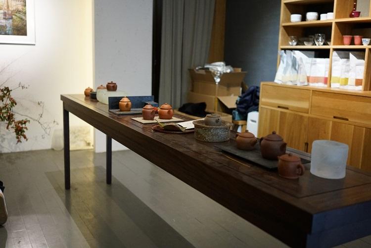 日本で言う普通のアパートの一番奥にその場所はありました。伝えられた通り行き止まりまで進むと、少しだけ扉が開いている部屋があり、それが目的地でした。絶対に知らない人は入ってこない場所で、紹介者だけを相手に中国茶の販売をしていました。店にいる間、連れて行ってくれた人が「おなか空きませんか?」と聞くので、ハイと答えると、おかゆの出前をとってくれて、この場所で食べました。楽しい経験でした