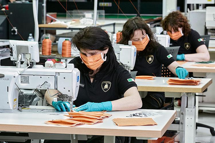 内装の縫製部門でマスクを縫うランボルギーニ(写真=Lamborghini提供)