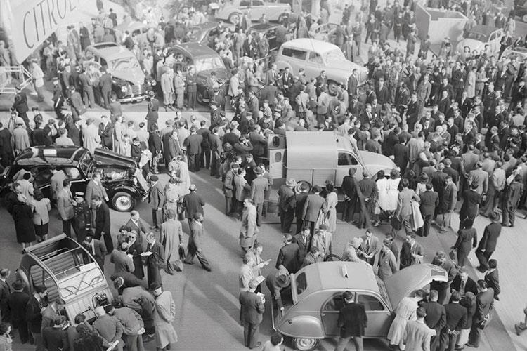 51年のパリ自動車ショーで発表された