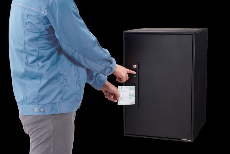 操做盤のスリットに伝票を好し込むと、押印と施錠が同時に完了