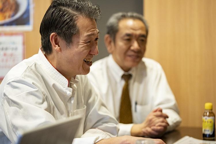 深田孝シェフ(左)と浅尾宏明社長。「おいしくて体によい庶民派中華で地域貢献」がモットーだ