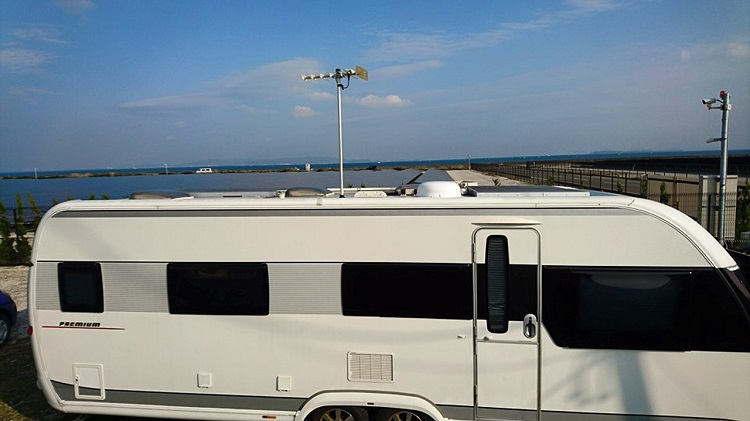 ニョッキリ立っているのが地上デジタル(地上波放送)用アンテナ、その右側の白いタライのような物体が自動追尾型アンテナ(BS、CS用)