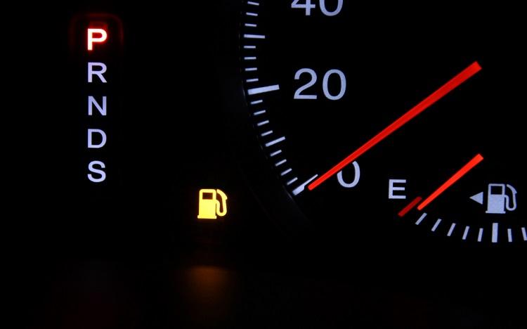 いざ危険が迫ったら、走って逃げられるのもキャンピングカーならでは。でも、燃料がなくちゃ始まらない! 家に帰る前に満タンにする習慣をつけよう