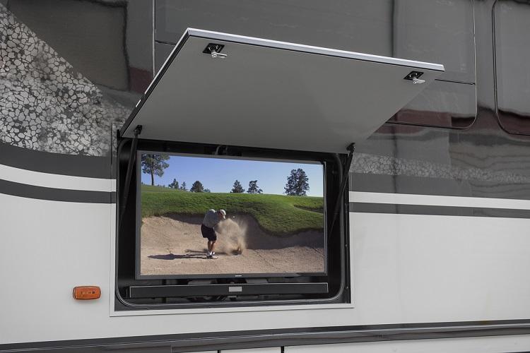大型アメリカ製キャンピングカーによくついている屋外用テレビ。スポーツ中継を見ながらみんなで盛り上がろう(Photo:Winnebago Ind.)