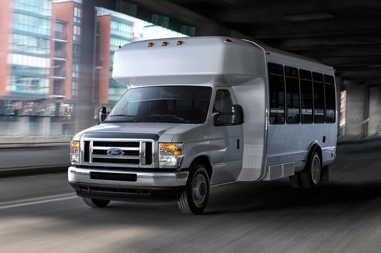空港でこんなシャトルバスを見たことがある人も多いのでは? Eシリーズはキャンピングカー以外にもこうした架装用途によく使われている(Photo:Ford Mortor Company)