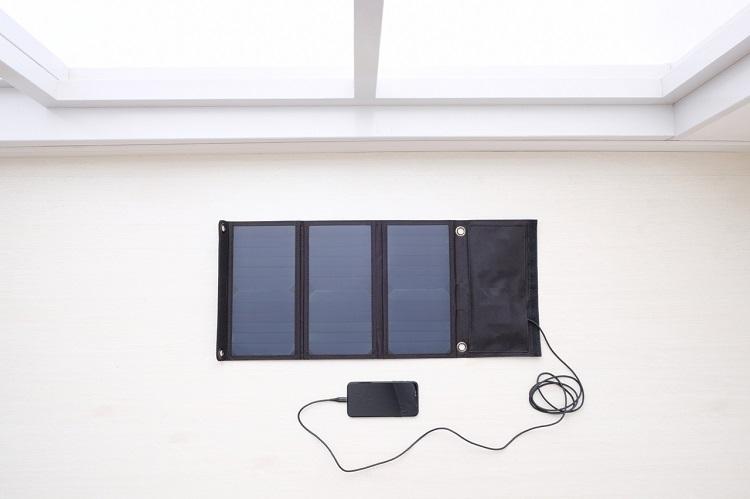 電気の確保もお忘れなく。スマホを充電できるソーラーパネルなども積んでおくと安心だ
