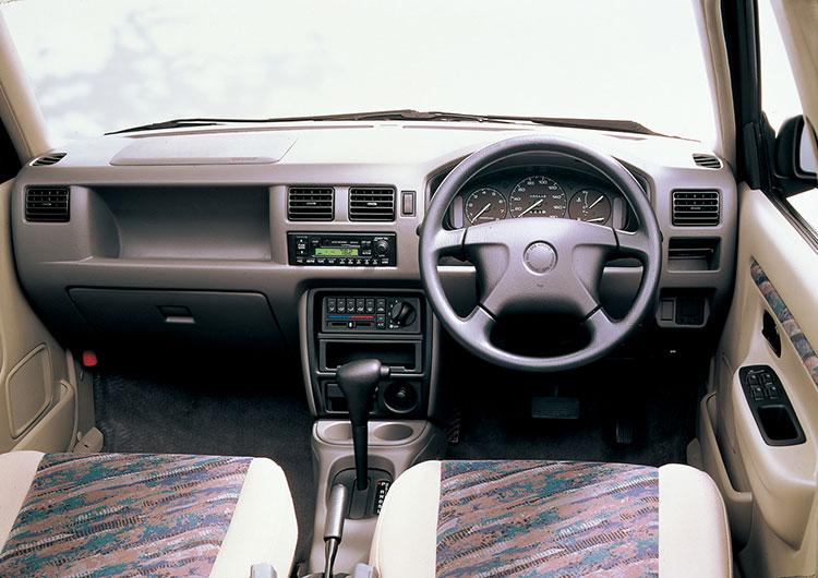 1300LXのダッシュボードはシンプルだが質感がある