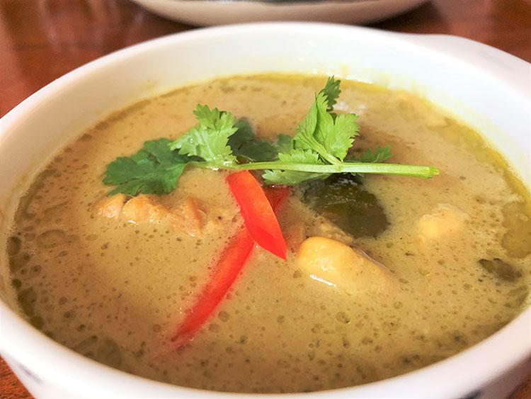「グリーンカレー」の食材はハラル対応で、タイハラル協議会の認証も取得済み。パクチーとパプリカをトッピングして