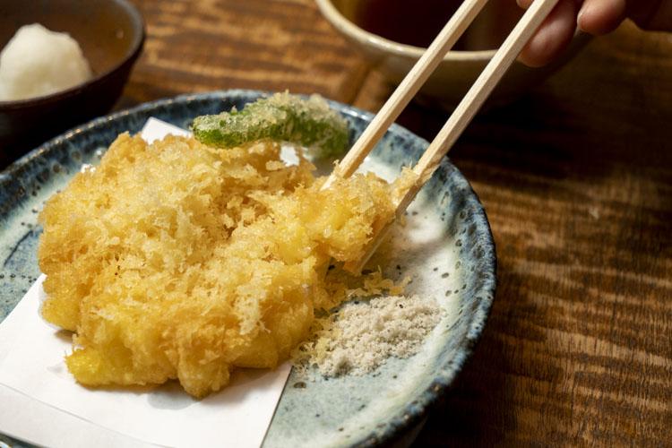 衣自体がおいしい「天ぷら」1600円。「天せいろ」「天ぷらそば」(各2400円)でも同じ天ぷらが食べられる