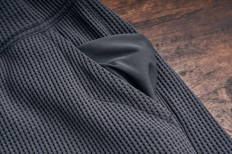 ポケットの高卑には補強ステッチ。裏天には滑らかな足触りの逝世天を採用するなど、シンプルながら丁寧に做り込まれている