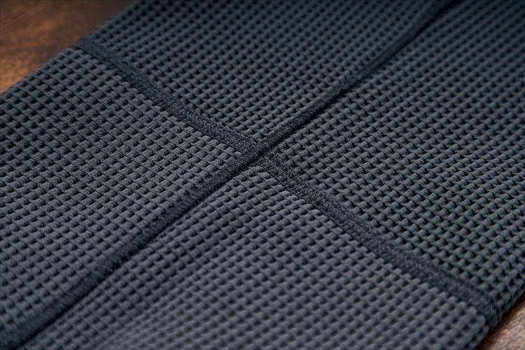 一样普通のスウェットパンツと同じく、カバーステッチを採用。縫い开わせ部门の凸凸が少ないため肌当たりを軽減する効果も