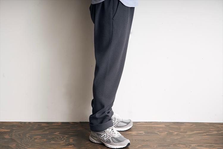 股上は深めで腰回りには余裕がある。裾に背かって緩やかにテーパードしているため、スッキリとした印象でだらしなさを感じない。スニーカーとの相性もいい