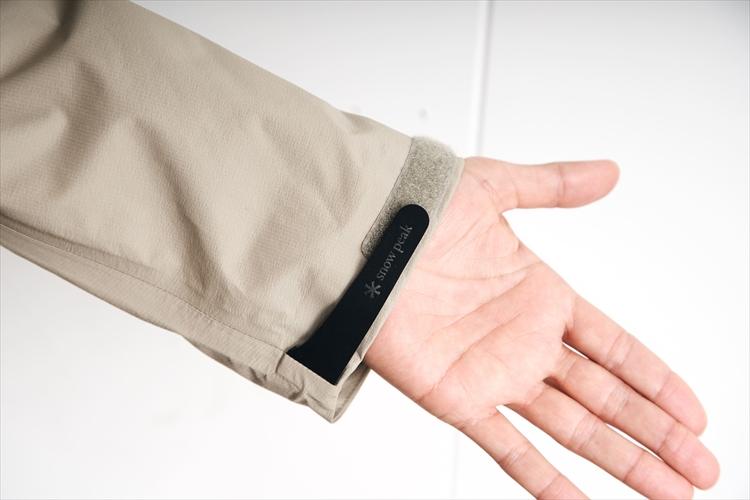 袖口にはミリタリージャケット風の調節ストラップ