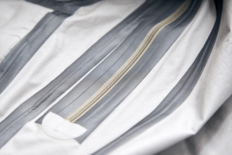 シームテープには東レの最新素材「トレイン」を採用。こちらも経年変化に強く、また透湿性を備えている