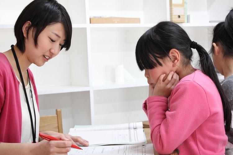 大人と子ども、というタテのラインとは違う「ナナメの関係」が、子どもたちにとっては負担感を和らげる=カタリバ提供