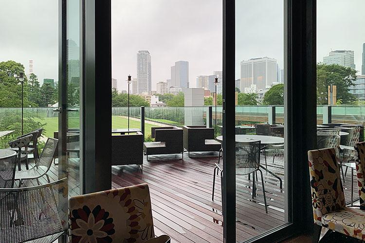 取材当日はあいにくの雨だったが、晴れた日は心地よいデッキもおすすめ