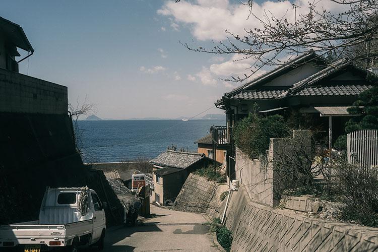 美しい海、アートと日本の原風景を見ながらのんびり散策 瀬戸内・男木島