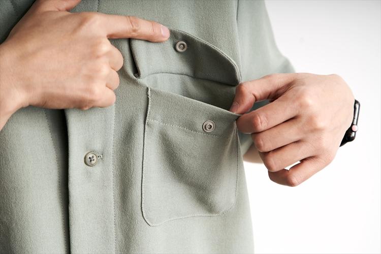 胸ポケットには、シャツのイメージを崩さない隠しスナップボタンがついている。「キャンプフィールドで物を落としたりしないようにとの配慮です」(阿部さん)