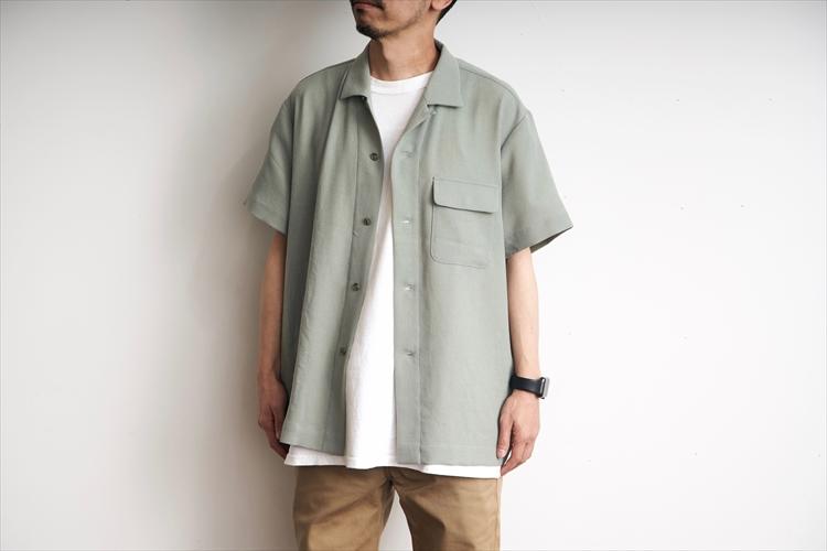 身幅にゆとりがあるシルエット。フロントボタンを開けてTシャツの上に羽織ってもいい