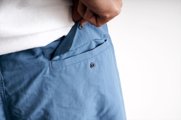 後ろ側にはスナップボタン付きのヒップポケットが一ヵ所