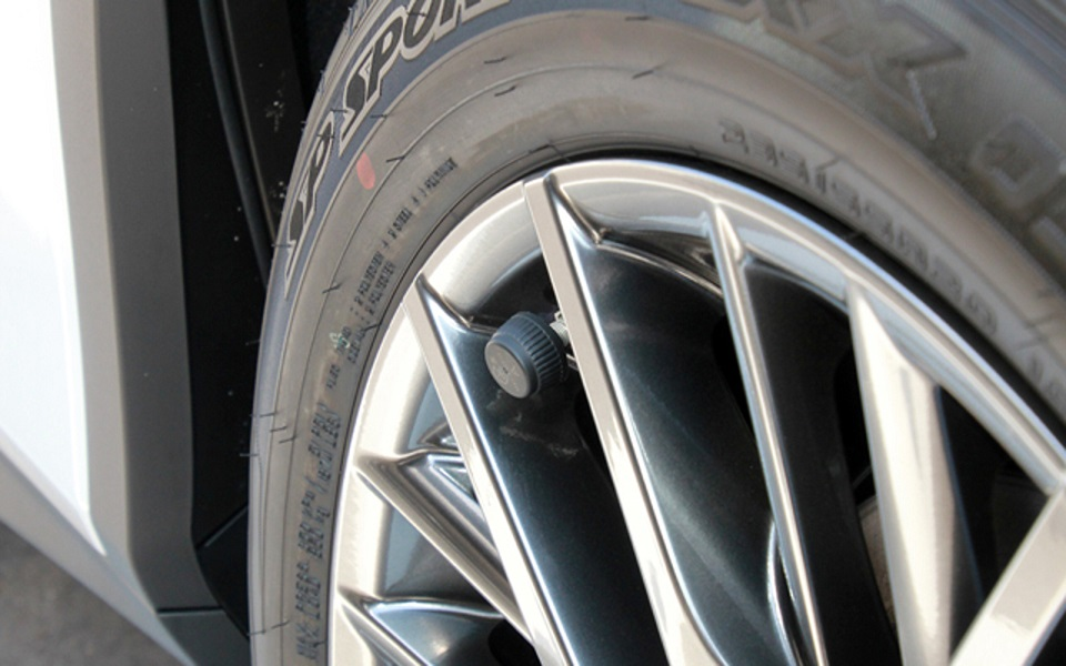 バーストや深刻事故を防ぐために…… タイヤの空気圧管理の強い味方「TPMS」とは?