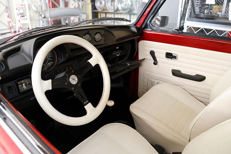 ダッシュボードには4連メーターが奢(おご)られている。ステアリングはイタリアのヴォランテ・ルイージ製