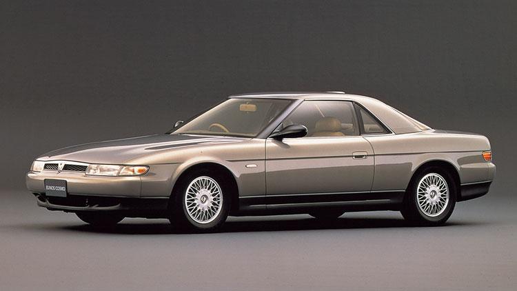 タイヤサイズはグレードにより、扁平(へんぺい)率60パーセントでリム径15インチと扁平率50パーセントでリム径16インチがあった