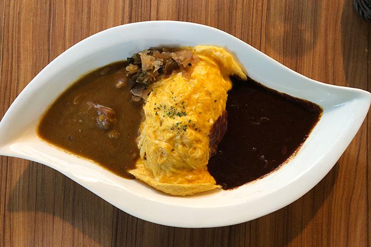 とろとろ卵とハヤシ、ビーフカレーが一度に味わえる「オムレツライス 2色のソース」