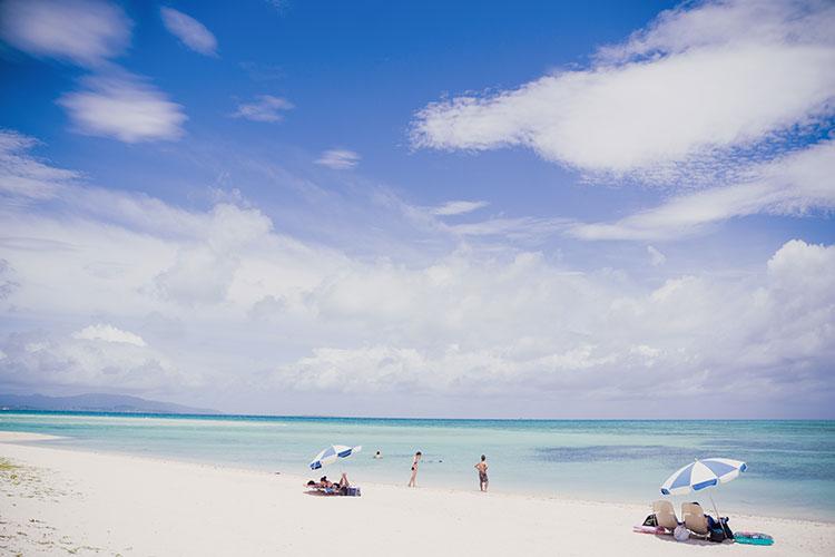 竹富島のコンドイビーチ。エメラルドグリーンの海は、人もさほど多くなくて最高に気持ち良い