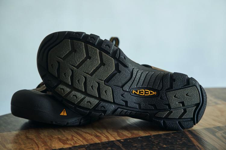 ソールは非常に幅広なので安定性が高い。ラグ(溝)は靴底からサイドまで伸びている。岩場などをしっかりグリップ出来るようにとの配慮だ