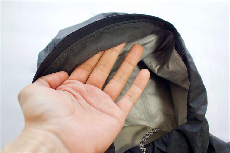 肌触りが非常に良いだけでなく、裏地に直接皮脂が触れないようにする機能も。袖の裏側や裾の裏側など肌に当たる部分には共通して付いている