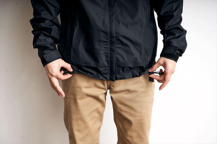 スソのドローコード・ストッパーはサイドから若干前に寄せた位置に。着たままでもスソの調節がしやすい