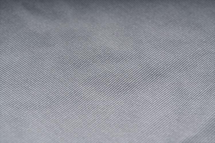 裏地採用された「トリコット」は織物のようなニット生地。コーディング時代と比べて肌触りも向上した