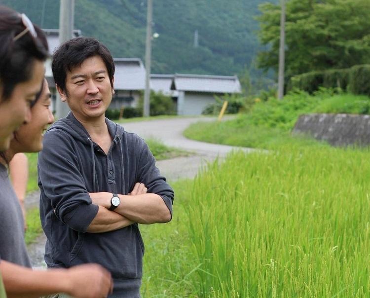 岩手県遠野市内で農家を取材中