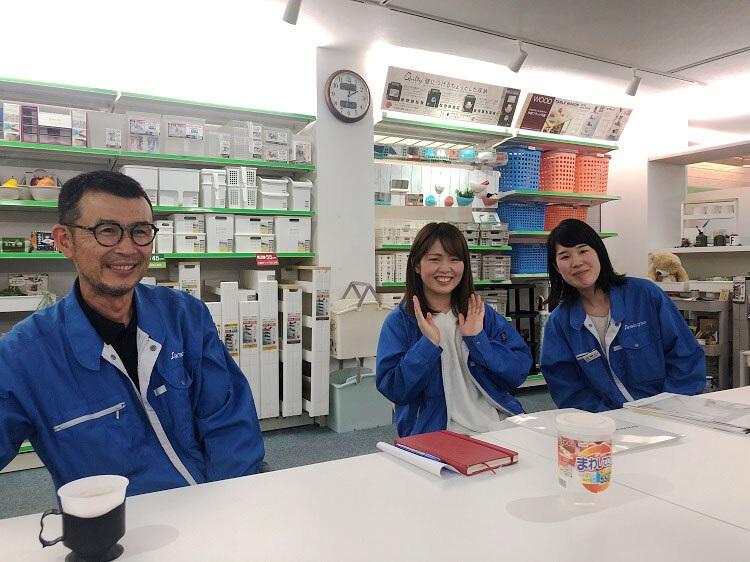 ずっと京都でラジオ番組「LONG LIFE DESIGN RADIO」(FM京都/毎週日曜18~19時) をやっています。今年1年間の番組制作費をクラウドファンディングで呼びかけた際、大阪のプラスチック製品メーカーのサナダ精工さんからの力強い支援を頂き、先日お礼にお邪魔した時の写真です。プラスチック製品は環境に関心の湧くご時世、様々に話題になりますが、「愛される(捨てられない)プラスチックを作ろう」を合言葉に、ユニークな製品を作っていて、共感しました。長く続く(捨てずに使い続けたくなる)プラスチックというわけですね。写真左から眞田和義社長、営業部の奥絵里奈さん。商品企画の深尾こころさん。ありがとうございました!!