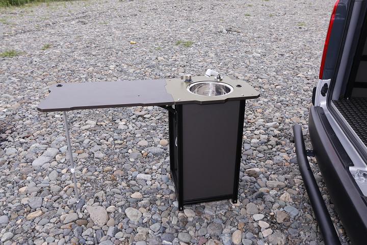 キッチンはユニット式なので、外に出して使うこともできる(ただし給排水タンク、電動ポンプはユニット内。また電源コードが届く範囲内に限られる)