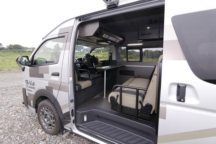 オプションの背面クッションを使えば、セカンドシートと4人対面式のレイアウトになる