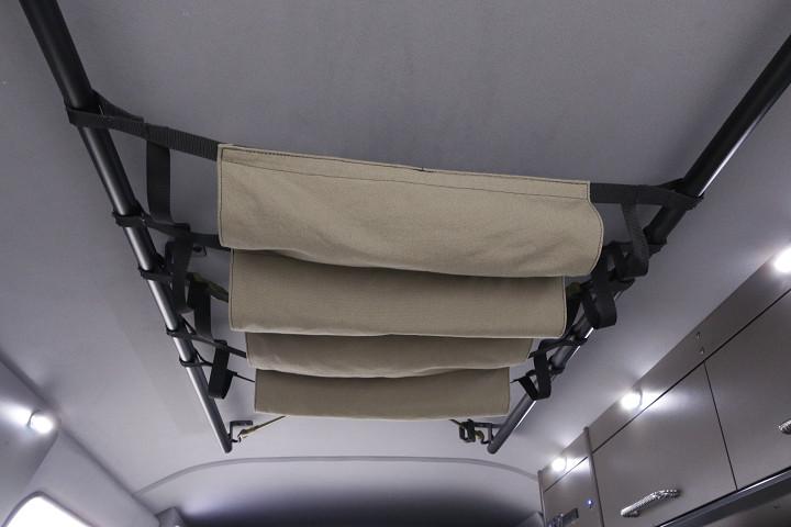 ルーフに取り付けられたバーにはハンモック式の物入れも。デッドスペースを上手に活用できる