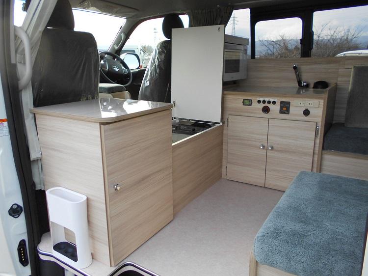 キッチンユニットや冷蔵庫などが、車両中央部に集めて設置されている(キッチン前の頭上がポップアップするので大人も立てる)