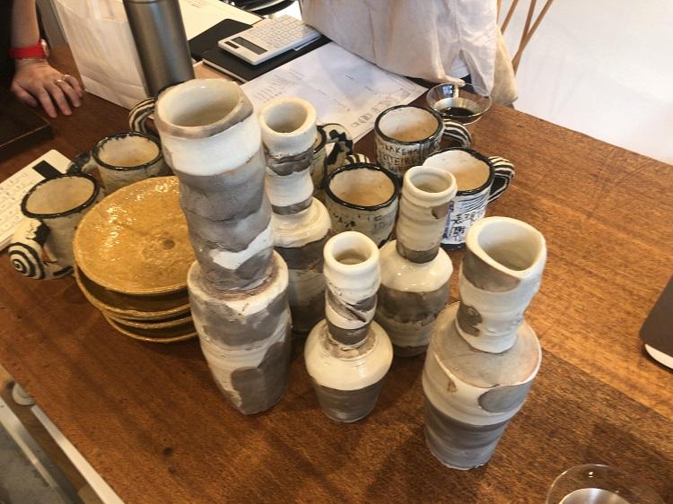 写真は愛知県の陶芸家キム・ホノさんの作品。陶芸家の作業場は大半がエアコンをつけていない、というのが僕の経験からの印象。キムさんのアトリエも暑かったけれど、時たま吹いてくる風に敏感に反応する自分を面白がっていました。エアコンで人工的な涼しさを感じるよりも、夏に自然に吹く冷風ではない風を浴びて涼しげな気持ちになる方が、心が豊かな気がしました