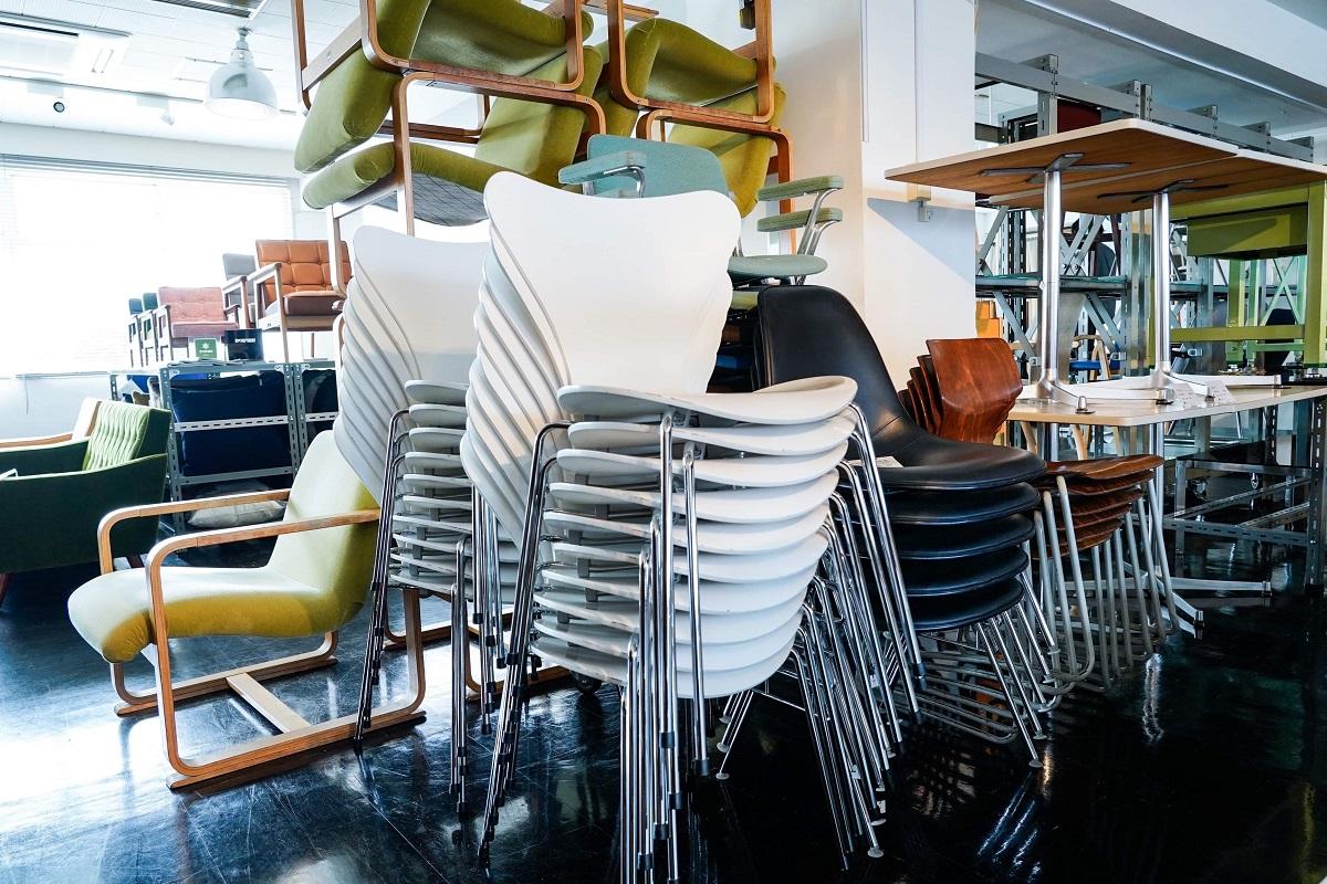 2020年の我がD&DEPARTMENTの店内の様子。2000年当時のわかりやすい「デザイナーズ家具」ブーム時のものが、今、大量に古物市場に出回るようになってきた。同時にその流れで、「わかりにくい価値」の「ガラクタ」はどんどん廃棄されていく……