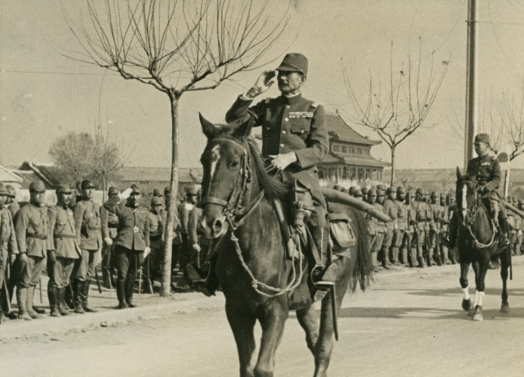 南京に入城した陸軍大将・松井石根軍司令官(中央)=1937年12月17日、朝日新聞データベースより